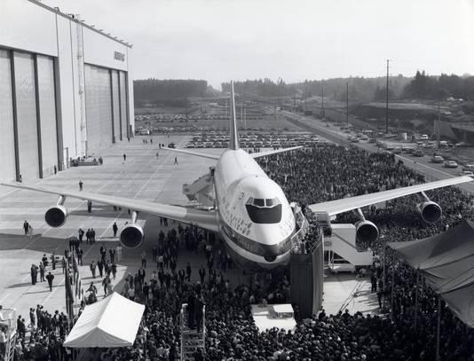 Onder massale aandacht wordt het prototype van de Jumbo in Everett gepresenteerd.  Foto uit 1970.