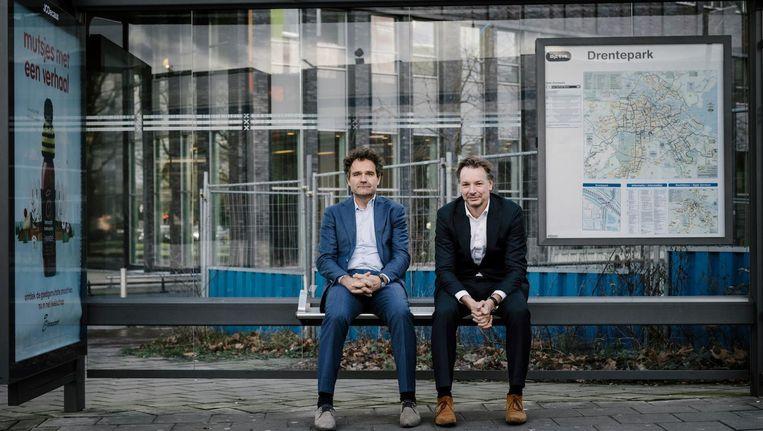 De tramhalte bij het Nederlandse hoofdkantoor van JCDecaux. Links Bart de Vries, rechts René Witzel Beeld Marc Driessen