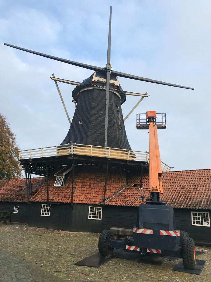 De Pelmolen in Rijssen is deels ontmateld omdat er binnenkort nieuwe wieken komen.