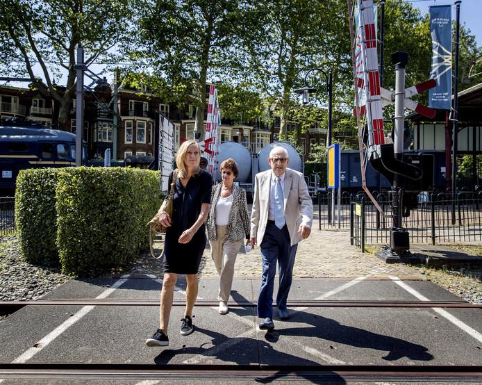Holocaust-slachtoffer Salo Muller komt samen met zijn vrouw en advocaat Liesbeth Zegveld (L) aan voor de presentatie van het advies van de Commissie Individuele Tegemoetkoming Slachtoffers WOII Transporten NS. Een zaak waar hij ruim drie jaar voor heeft gestreden.