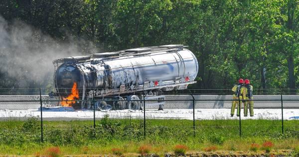Tankwagen in brand na ongeval met meerdere vrachtwagens: snelweg A67 helemaal dicht.