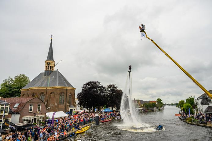Flyboarder Bo Krook haalt een nieuw record door 22 meter hoog te flyboarden in Woubrugge