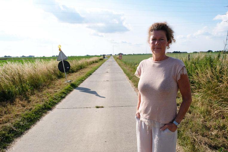 Buurtbewoonster Elke Duffeler op het landbouwwegje waarlangs al het verkeer van en naar Zanzibar op de achtergrond passeert.