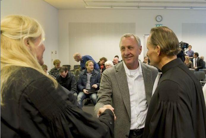 Johan Cruijff wordt gefeliciteerd door zijn advocaar mr. Mirjam de Blecourt (l.). Rechts zijn andere advocaat, mr. Mike Jansen. foto ANP