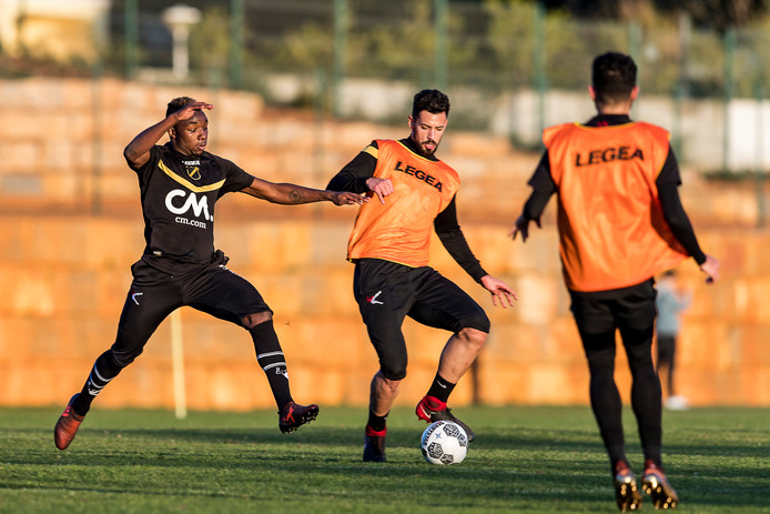 Vlnr. Thierry Ambrose, Pablo Marí en Paolo Fernandes.