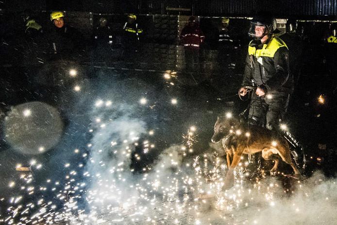 Politieagenten en brandweerlieden oefenen in Alphen aan den Rijn incidenten met vuur en vuurwerk  ter voorbereiding op de jaarwisseling. L