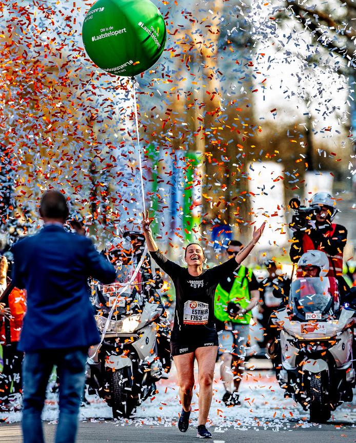 Esther Pieterse finisht als laatste bij de NN Marathon Rotterdam.