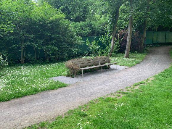 Rond de banken in het park zijn verhardingen aangebracht zodat er bijvoorbeeld rolstoelen kunnen staan.