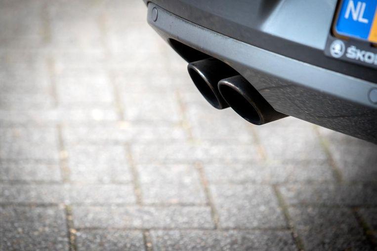 De uitlaat van een dieselauto. Ruim de helft van de dieselauto's die in ons land een milieucertificaat hebben gekregen, stoot meer uitlaatgassen uit dan de fabrikanten opgeven.  Beeld ANP