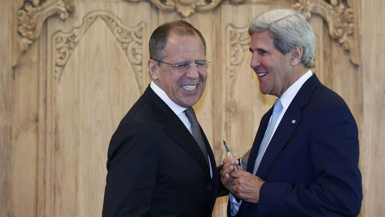 De Amerikaanse minister van Buitenlandse Zaken John Kerry en zijn Russische collega Sergei Lavrov (L). Beeld EPA