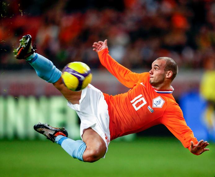 19-11-2008: Wesley Sneijder met een halve omhaal tegen Zweden.