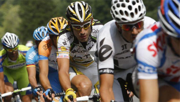Onbedoeld werd George Hincapie (m) de inzet van een woordenwisseling tussen diverse kopstukken in de Tour, onder wie Lance Armstrong. Beeld