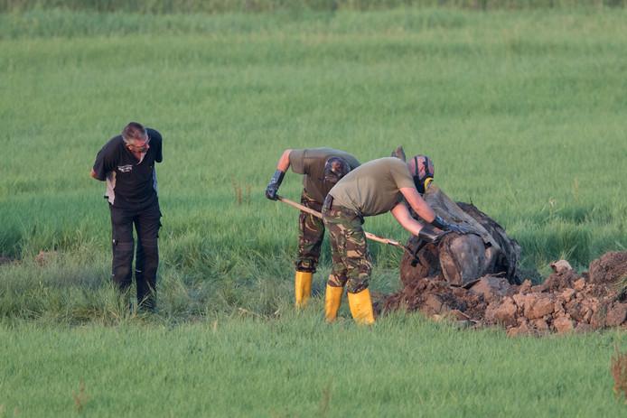 Vliegtuigbom gevonden bij graafwerkzaamheden in de uiterwaarden bij Zutphen. Medewerkers van het EOC onderzoeken het de locatie.