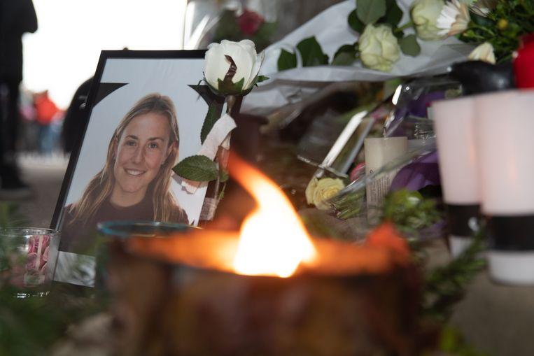 Bloemen, foto's en kaarsen op de plek waar Julie Van Espen vermoord werd.