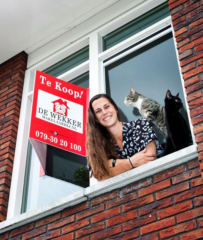 Lilian Köhlinger had moeite met het rondkrijgen van haar hypotheek vanwege topdrukte bij de hypotheekverstrekkers. Het huis waar ze nu woont staat te koop.
