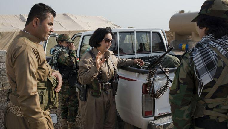 Kolonel Nahida Ahmad Rashid (midden) staat aan het hoofd van de vrouwenbrigade van de peshmerga. De eenheid bestaat sinds 1998. Beeld Alex potter
