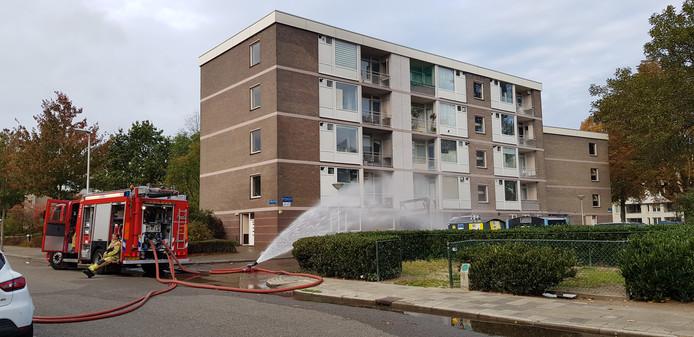 Twaalf appartementen zijn zondagochtend rond 6.30 uur ontruimd in de Offenbachlaan in Eindhoven nadat daar een vrachtwagentje vol drugsafval in brand was gevlogen.