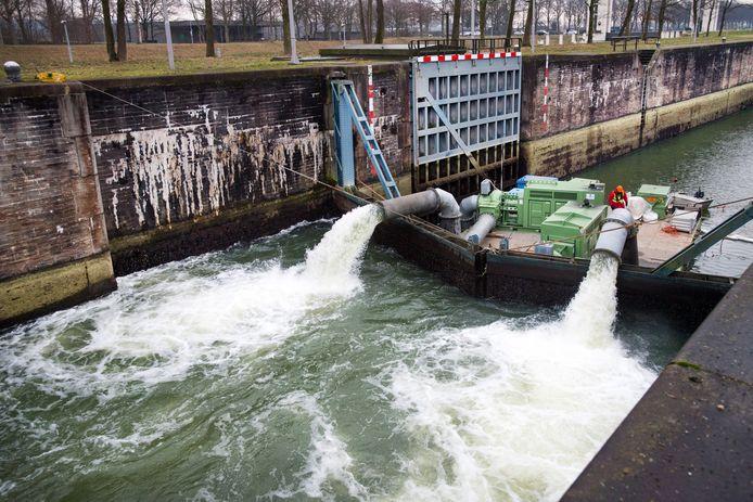 Rijkswaterstaat heeft pompen geplaatst zodat water vanuit de Maas naar het Maas-Waalkanaal gepompt kan worden.