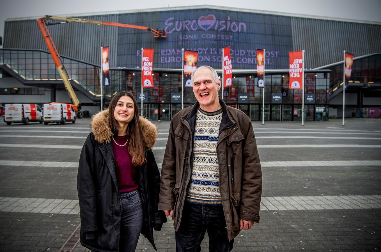 John en zijn dochter Yasemin nemen alvast een kijkje bij Ahoy. 'Fantastisch dat Rotterdam dit voor elkaar heeft gekregen'.
