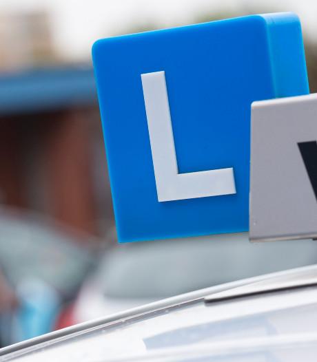 Politie berispt rij-instructeur: 'even' op stoep parkeren mag niet