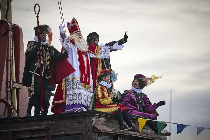 In Den Haag komt de Sint wel per pakjesboot. Hij wordt in stadsdeel Scheveningen geassisteerd door roetveegpieten.