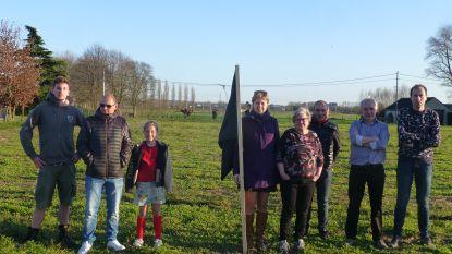 """Na politiek protest ook buurtactie aan Kouterweg: """"Zwarte vlaggen tegen verkavelingsplannen"""""""