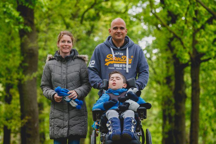 Jasper Valentijn lijdt aan INAD. In beeld met zijn ouders Nadine en Raymond Veenman.