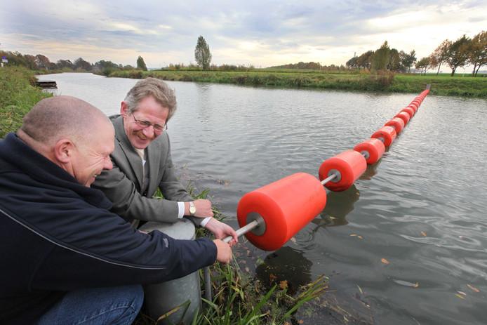 Bij het Van Beuningengemaal in de Linge bij Zoelen is een paar jaar geleden een drijflijn geplaatst door Jan van Balveren en Arie Bassa van Waterschap Rivierenland. Dat moet zwemmers en vaarders weg houden bij de gevaarlijke inlaten onder het AmsterdamRijnkanaal door.