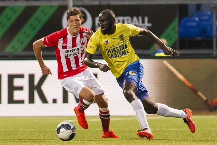 Jong PSV speler Sam Lammers (L) met Cambuur speler Chiro N Toko (r)