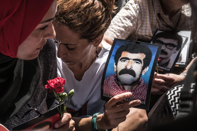 De 'Zaterdagmoeders' verzamelen zich elke zaterdag in Istanbul, sinds negen maanden doen ze dat noodgedwongen in een achterafstraatje. Beeld Joris Van Gennip