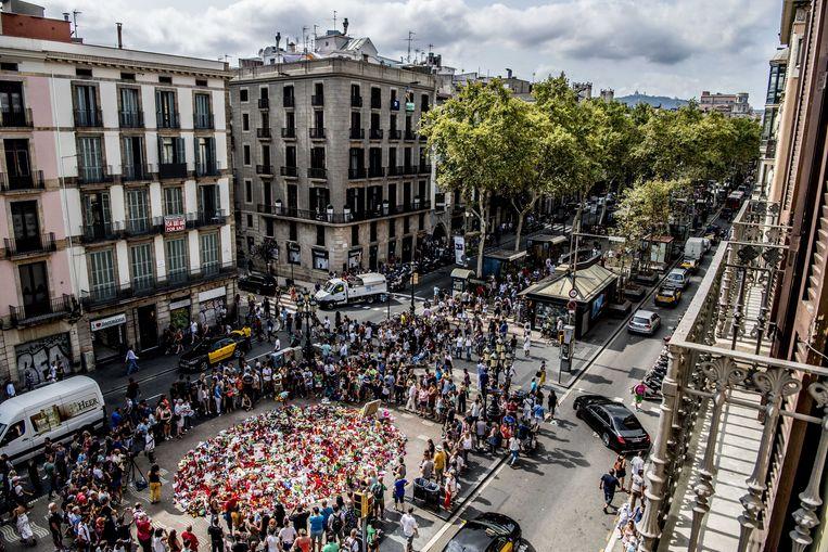Een bloemenzee op Las Ramblas, de promenade in Barcelona waar vrijdag een terrorist in een busje vijftien mensen doodreed. Beeld ANP