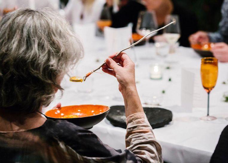 Eten met kunstig bestek tijdens Steinbeisser diner Beeld Caroline Prange