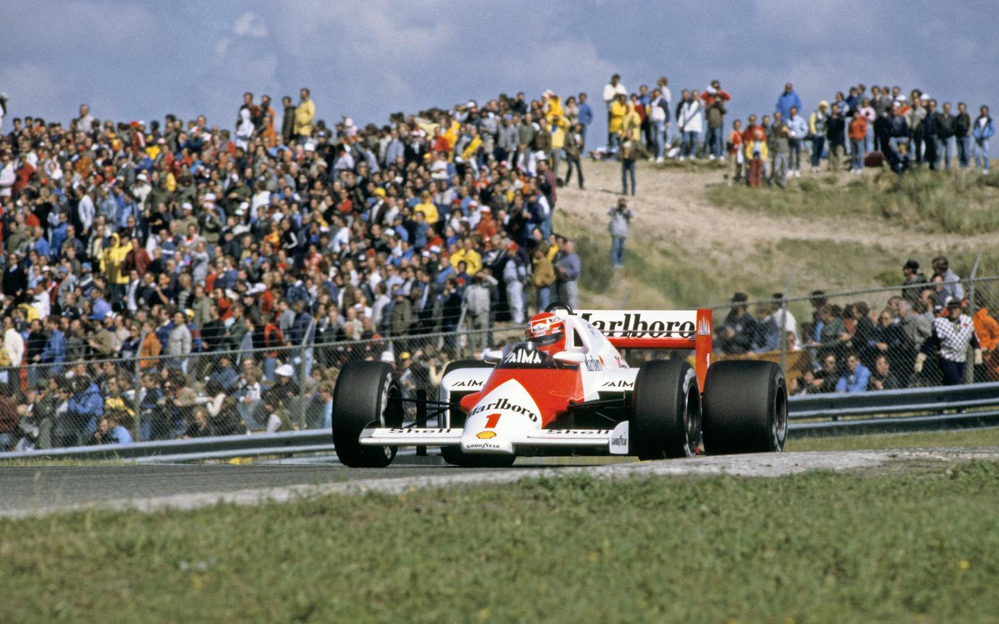 Niki Lauda in actie met zijn Marlboro Mc Laren International tijdens zijn gewonnen race in Zandvoort in 1985.