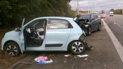 Wagen knalt tegen trage voorligger op snelweg, politie kan bestuurster reanimeren