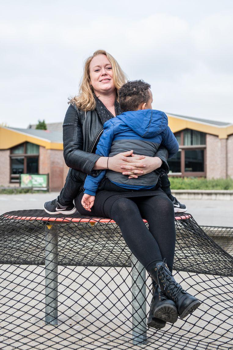 Karin de Boer met haar zoontje Ryndell. Beeld Simon Lenskens