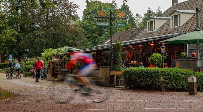 Herberg t Zwaantje in Mook. Links ligt Gelderland, rechts ligt Limburg.