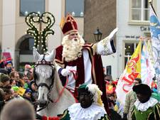 Sinterklaas brengt Pieten, cadeaus en opleiding naar Bergen op Zoom