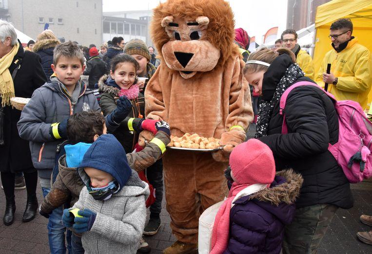 Op het Kerkplein in Beerse deelde een leeuw slagroomsoesjes uit.