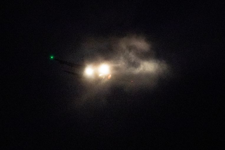 Een vliegtuig zet de landing in op  een zeer stormachtig Schiphol.