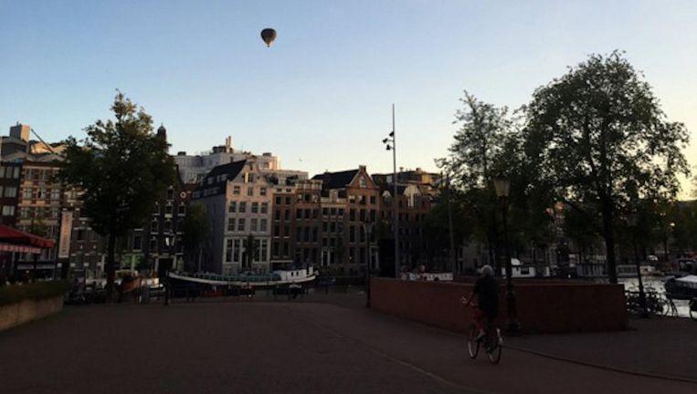 De luchtballon werd door veel Amsterdammers gespot Beeld twitter.com/zeeger