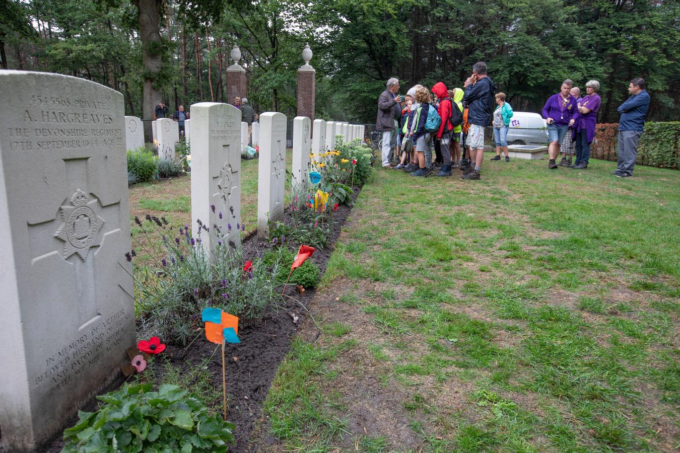 Kinderen van de Doe-Week Dommelen brachten gisteren een bezoek aan het Britse militaire kerkhof in Valkenswaard.