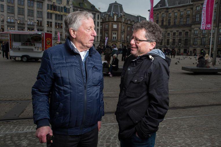 Henk Smit (links) en zijn zoon Eric op de Dam bij de gedenksteen voor hun overleden grootvader en overgrootvader Henk Smit. Beeld Mats van Soolingen