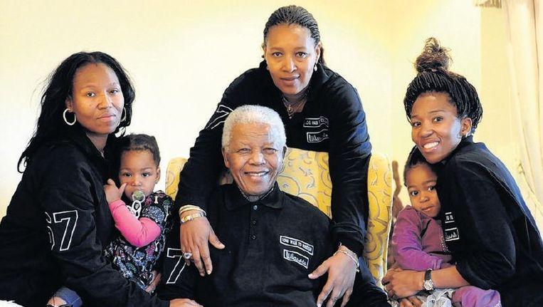 Mandela met achter hem Winnie-dochter Zenani en naast hem de Zenanidochters Zazine (l) en Swati, ieder met een achterkleinkind. Beeld epa