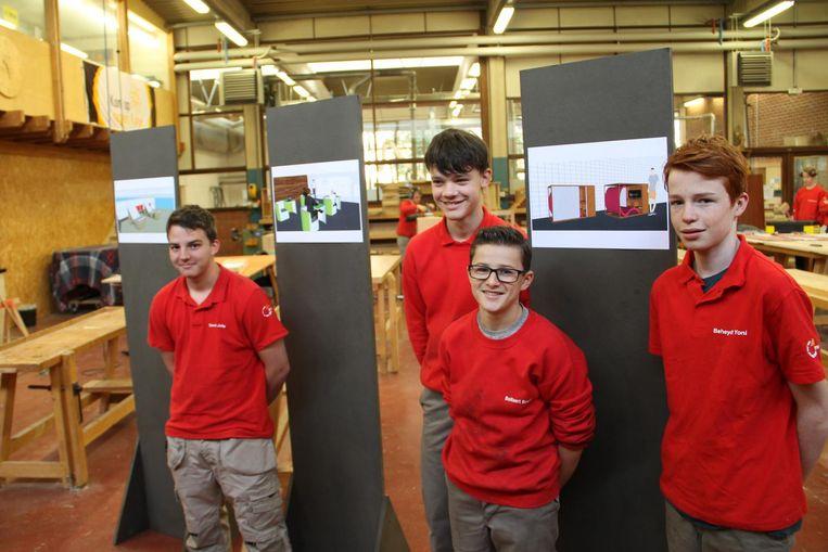 Enkele leerlingen met hun winnende ontwerpen.