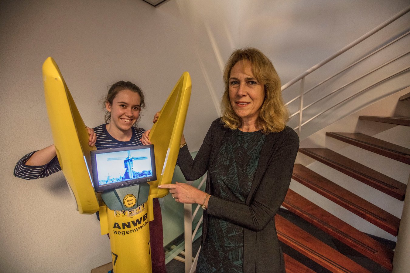 Studente Veerle van Engen (links) en Carla Scholten (Embedded Fitness) bij de terug-in-de-tijd-paal.