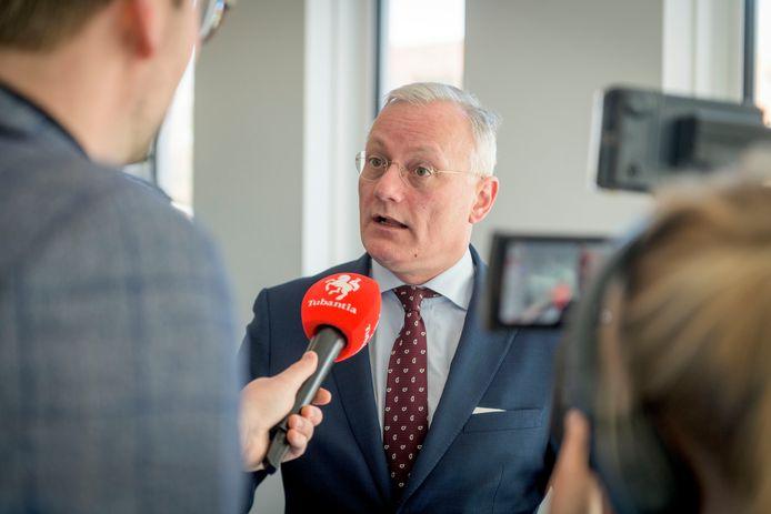 Burgemeester Arjen Gerritsen, op archiefbeeld, in gesprek met een verslaggever van Tubantia.