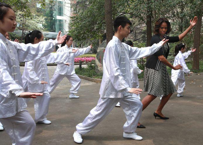 Michelle Obama apprenant des mouvements pour débutant, en Chine, en 2014