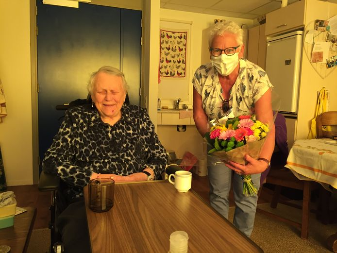 De 87-jarige Corrie Tholenaar, bewoner van zorgcentrum Cederhof in Kapelle, krijgt bezoek van dochter Matty Sonke. Corrie is blind, waardoor beeldbellen en bezoek achter glas geen alternatief waren voor bezoek op haar kamer.