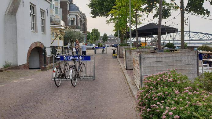 De fietsenrekken op de Lage Markt tussen restaurant Ultimo (links) en het bijbehorende terras met uitzicht op de Waal.