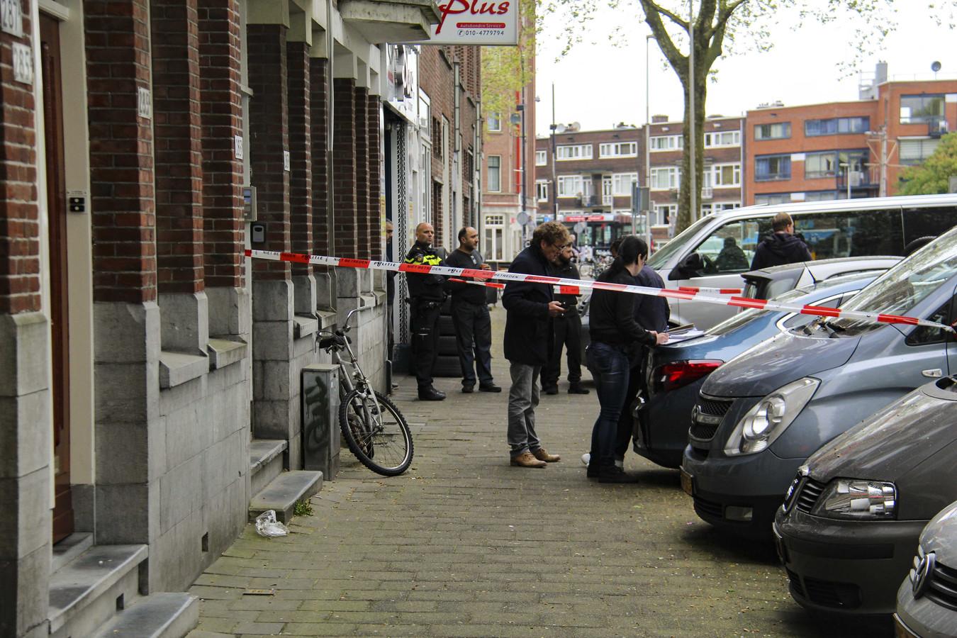 De politie doet onderzoek in de woning aan de Mathenesserdijk in Rotterdam-West waar het dode kindje is gevonden.